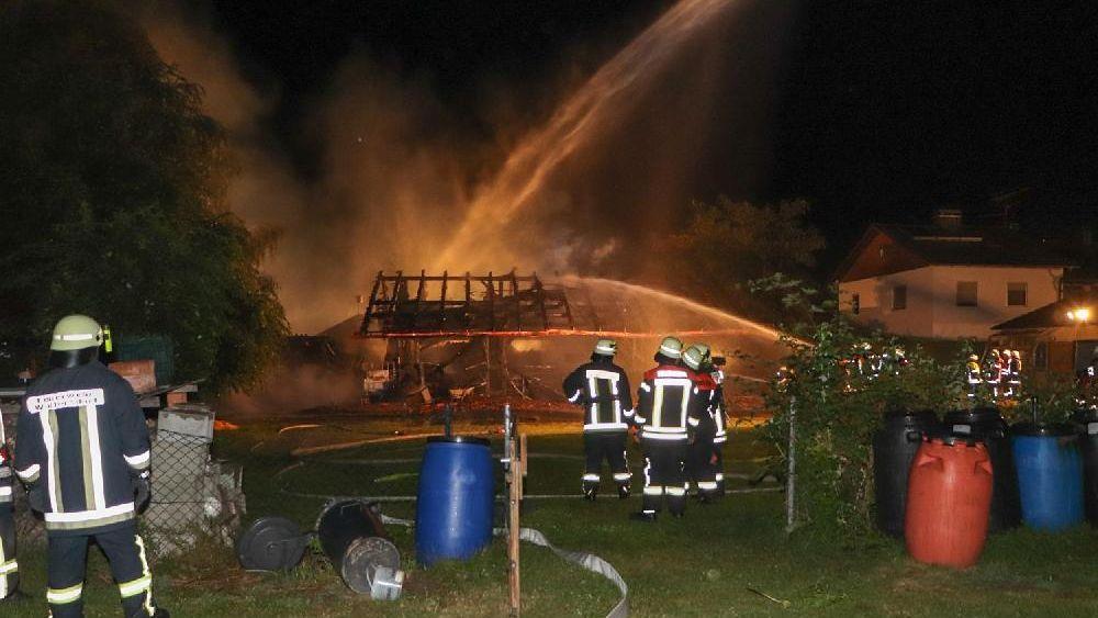 Drei Schuppen brannten in der Nacht in Niederalteich im Landkreis Deggendorf komplett nieder