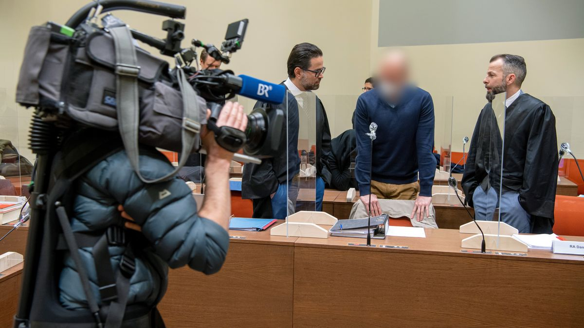 Der Hauptangeklagte Mark Schmidt (2.v.r.) und seine Anwälte am Tag der Plädoyers