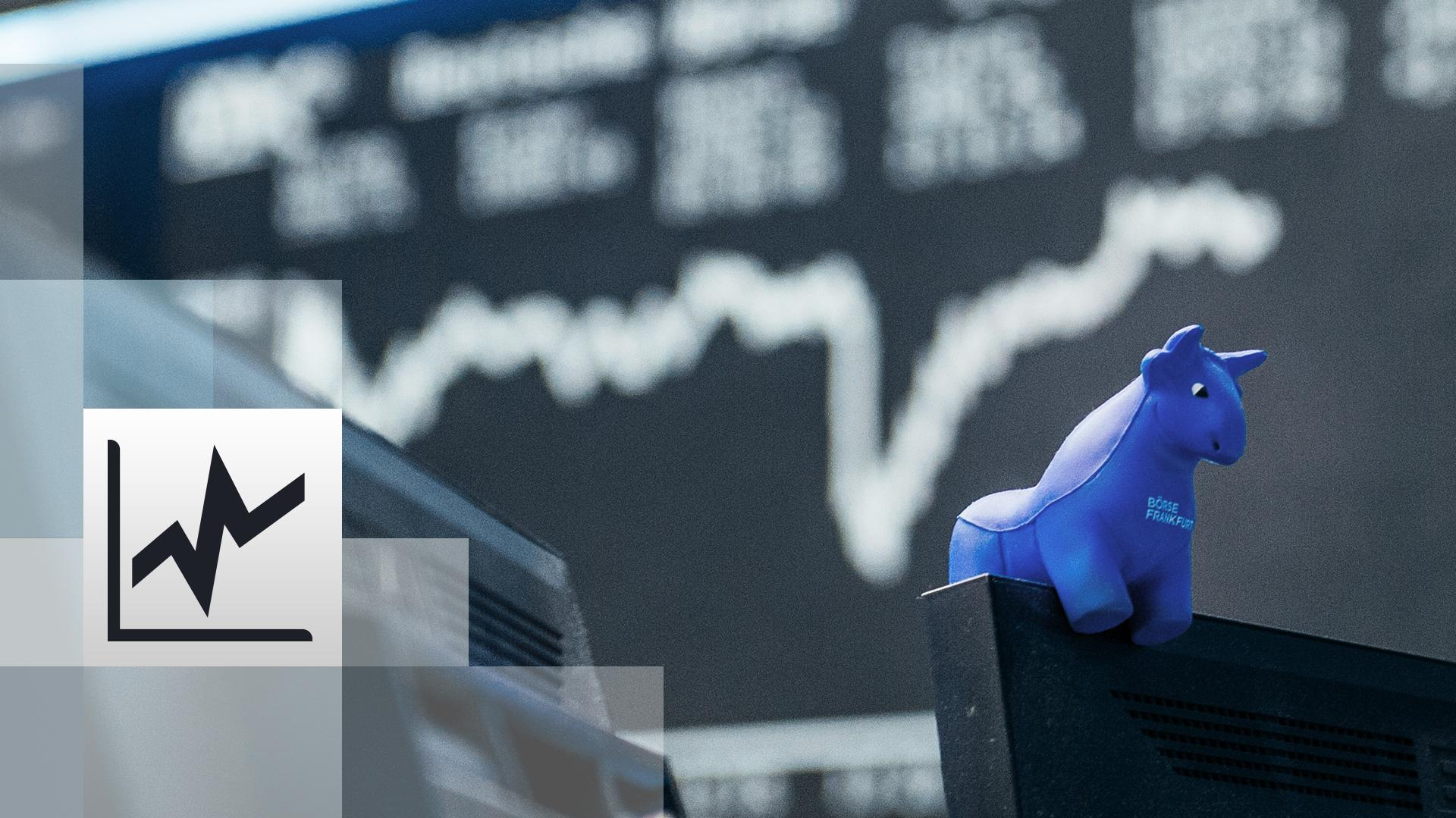 Der blaue Bulle, das Maskottchen der Frankfurter Börse, sitzt vor der Kurstafel im Börsenraum