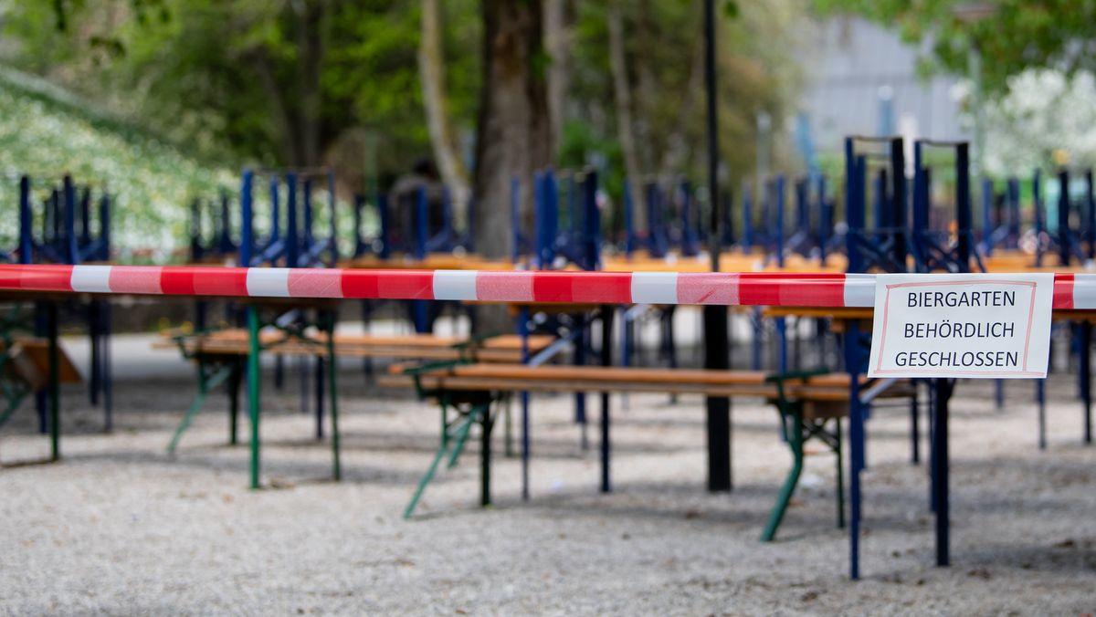 Menschenleer ist ein Biergarten mit gestapelten Bänken und Tischen während der Corona-Zwangsschließungen im Frühjahr (Symbolbild).