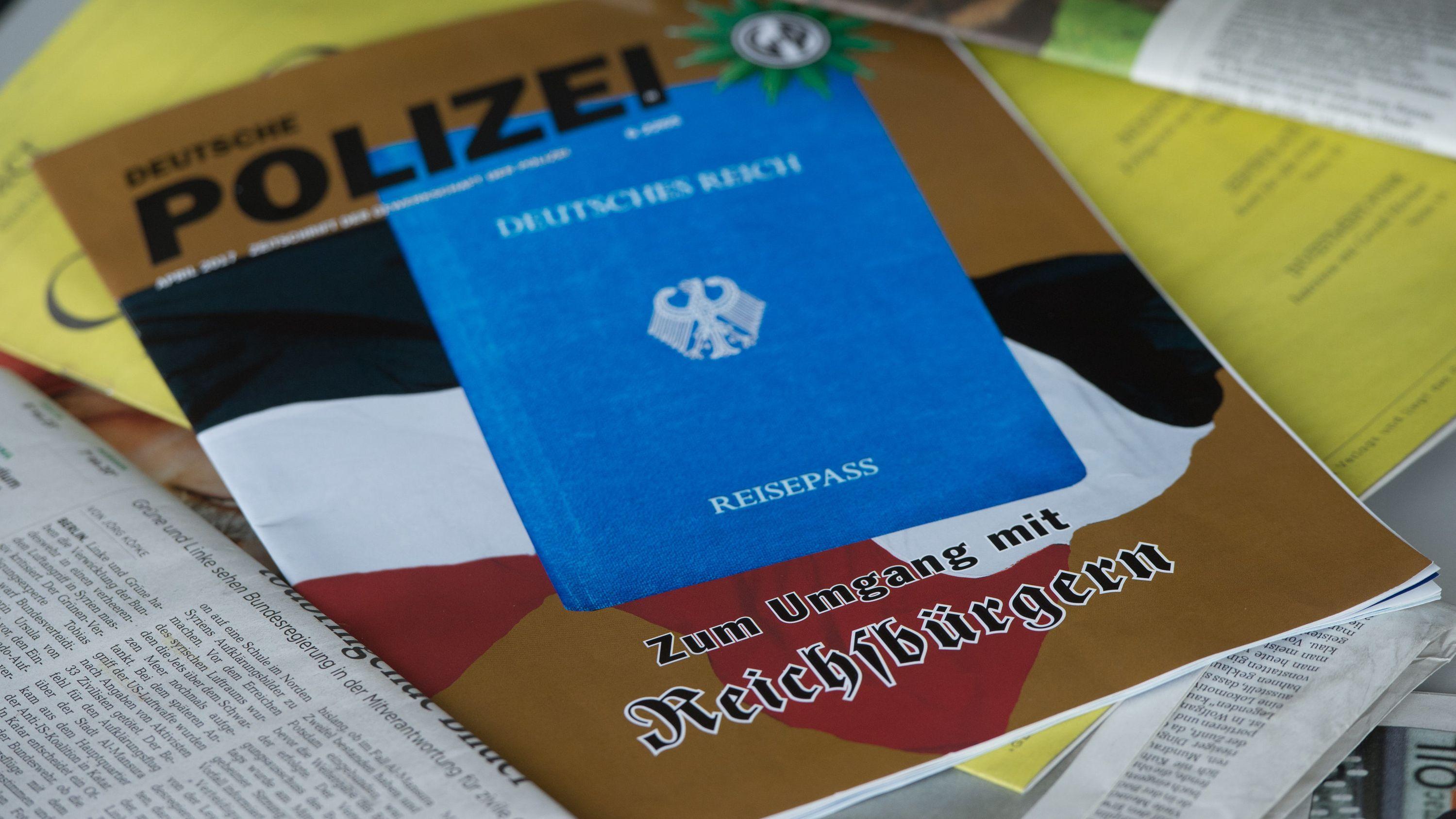 Eine Ausgabe der Zeitschrift «Deutsche Polizei», die von der Gewerkschaft der Polizei herausgegeben wird, liegt auf einem Tisch. Selbsternannte Reichsbürger machten den Behörden mit ihrem Hang zu Waffen Sorgen, inzwischen wurde eine größere Zahl von Waffen einkassiert.
