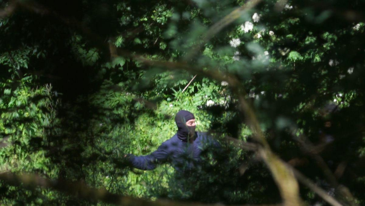 Schmerzensschreie gellen durch den Wald. Immer wieder schlagen die kroatischen Uniformierten auf die Menschen ein.