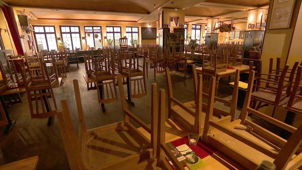 Innenraum Restaurant, Stühle auf dem Tisch