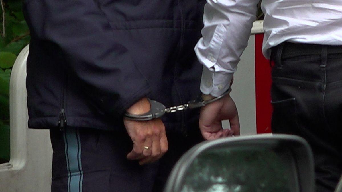 Einer der drei Angeklagten wird ins Gericht geführt
