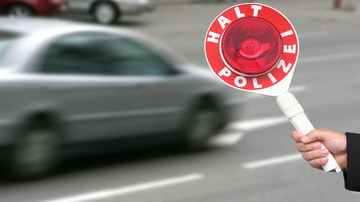 Geschwindigkeitskontrolle mit einer Polizeikelle