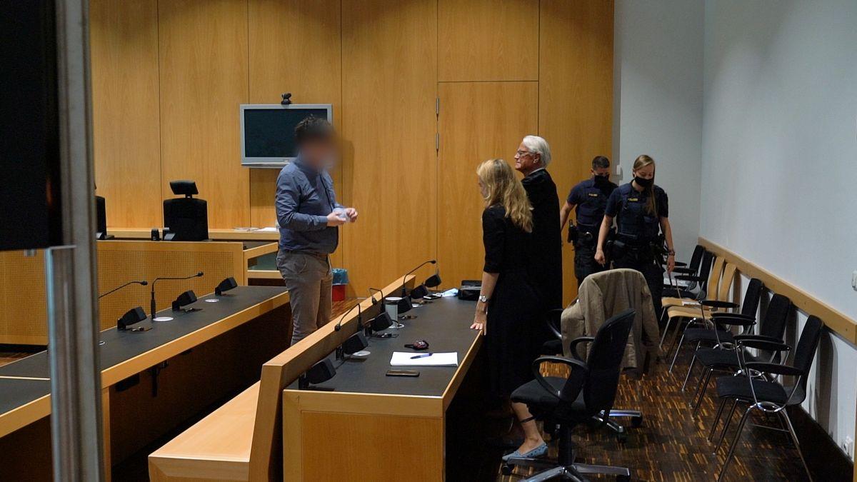 Der Verurteilte und seine Verteidiger im Gerichtsaal in Augsburg