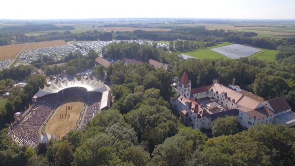 Riesiges Festgelände: Neben dem alten Schloß Kaltenberg befindet sich die große Arena, in der einige tausend Zuschauer Platz finden.