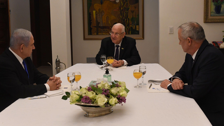 Reuven Rivlin (M), Staatspräsident von Israel,  sitzt mit Benjamin Netanjahu (l), Ministerpräsident von Israel, und Benny Gantz, Ex-Militärchef, bei einem Treffen zur neuen Regierungsbildung an einem Tisch