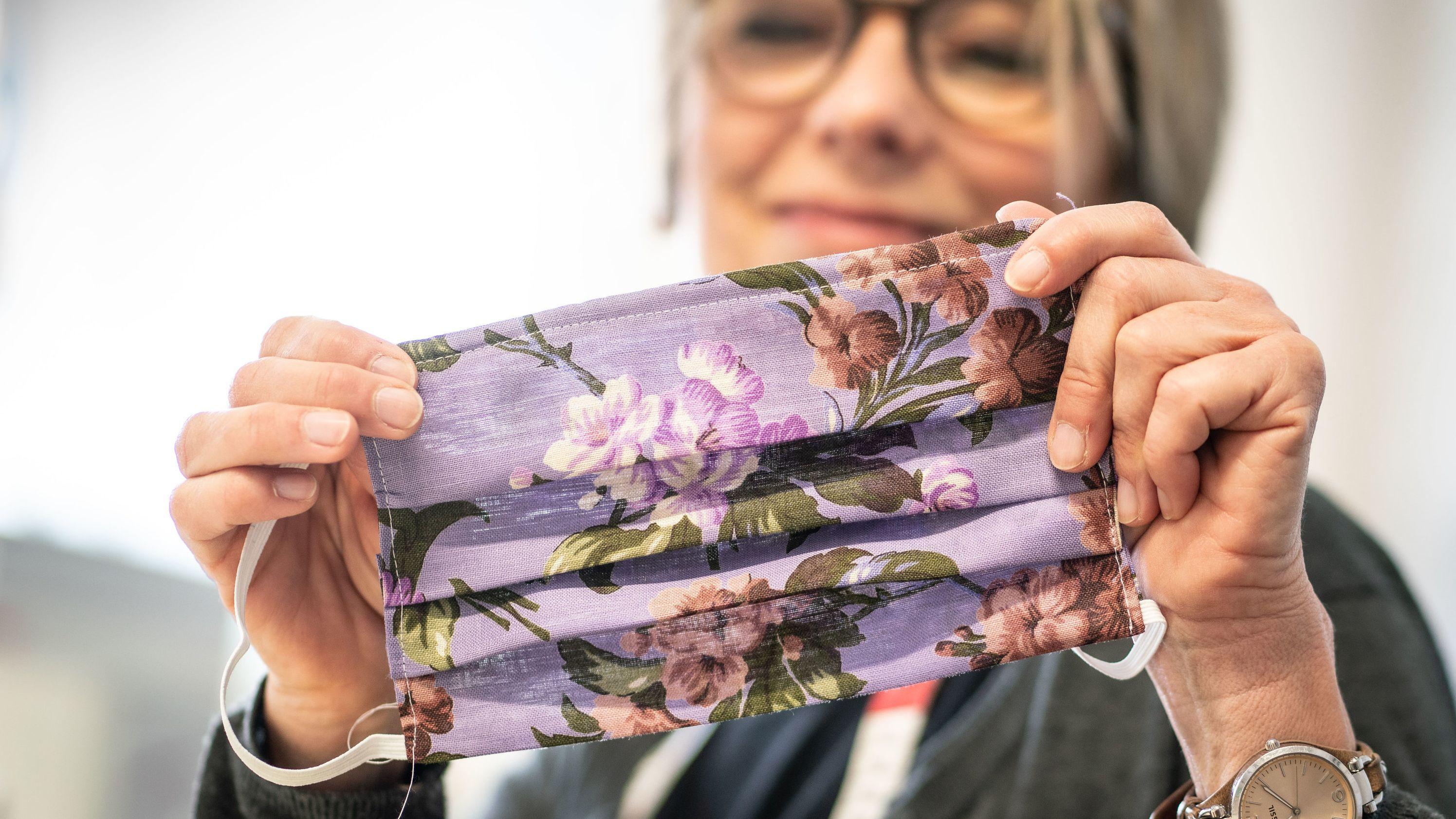 """Fachanleiterin Kerstin Jentschke vom """"Cariteam"""" der Caritas Frankfurt zeigt ihre soeben fertig gestellte Mundschutzmaske."""