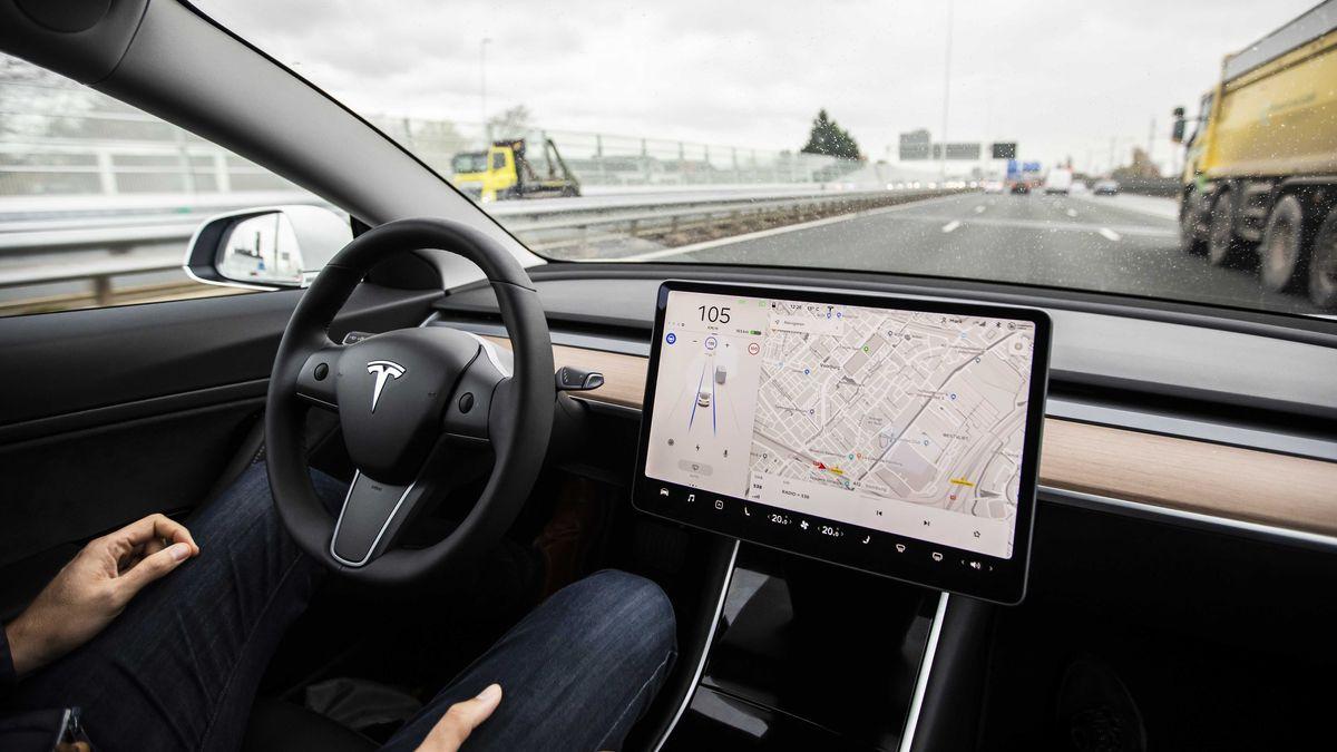 Die Autopilot-Funktion des Tesla-Modells 3. Mit Autopilot kann das Auto innerhalb der Fahrspur automatisch lenken, beschleunigen und bremsen. Aktuelle Funktionen erfordern eine aktive Überwachung durch den Fahrer und machen das Auto nicht selbstfahrend.