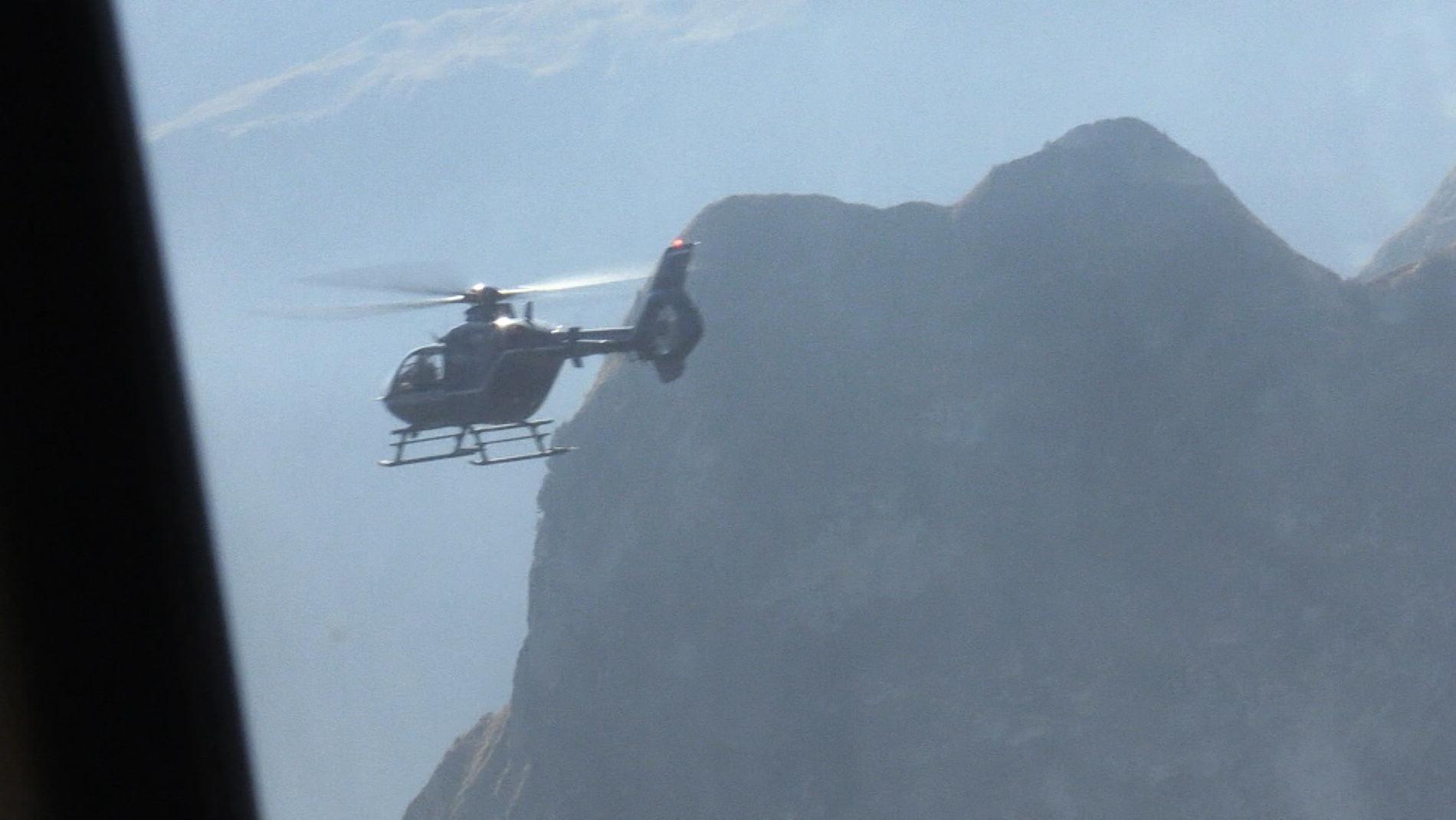 Alpine Hubschraubertraining - Flug vor Bergen