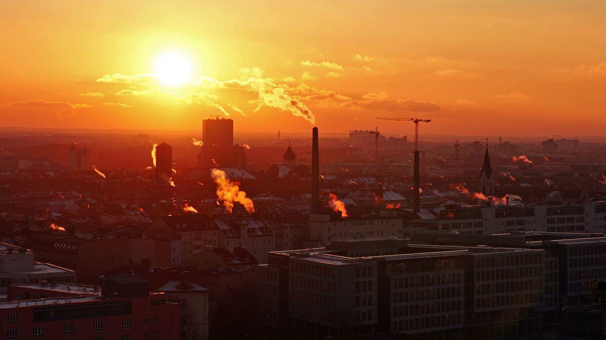 """Sonnenuntergang über der Innenstadt von München: auch hier denken Unternehmen über """"Verantwortungseigentum"""" nach"""