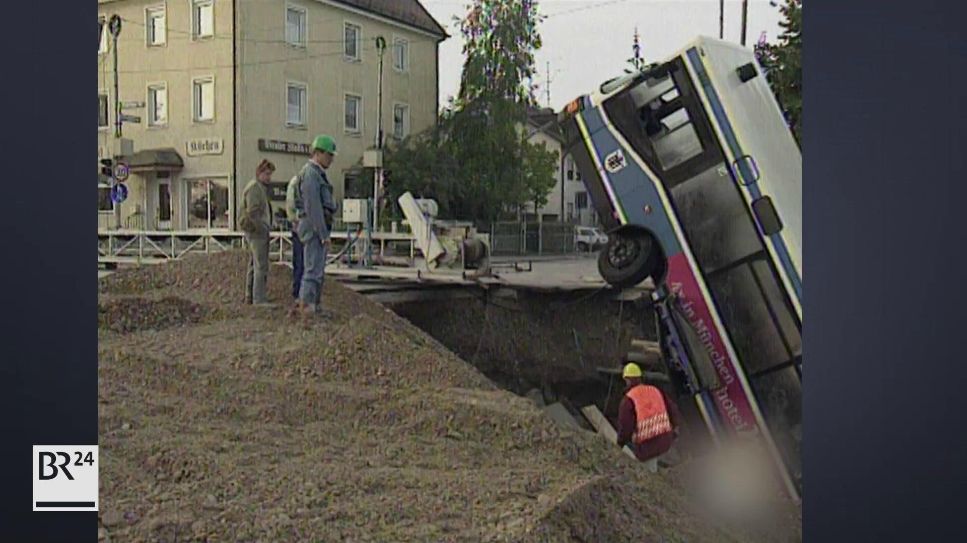 Umgestürzter Bus in Loch