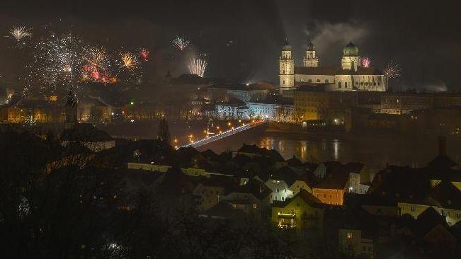 Passau in der Silvesternacht: Für den Altstadtbereich rund um den Dom galt ein Böllerverbot. Es wurde weitgehend eingehalten, sagte die Polizei.