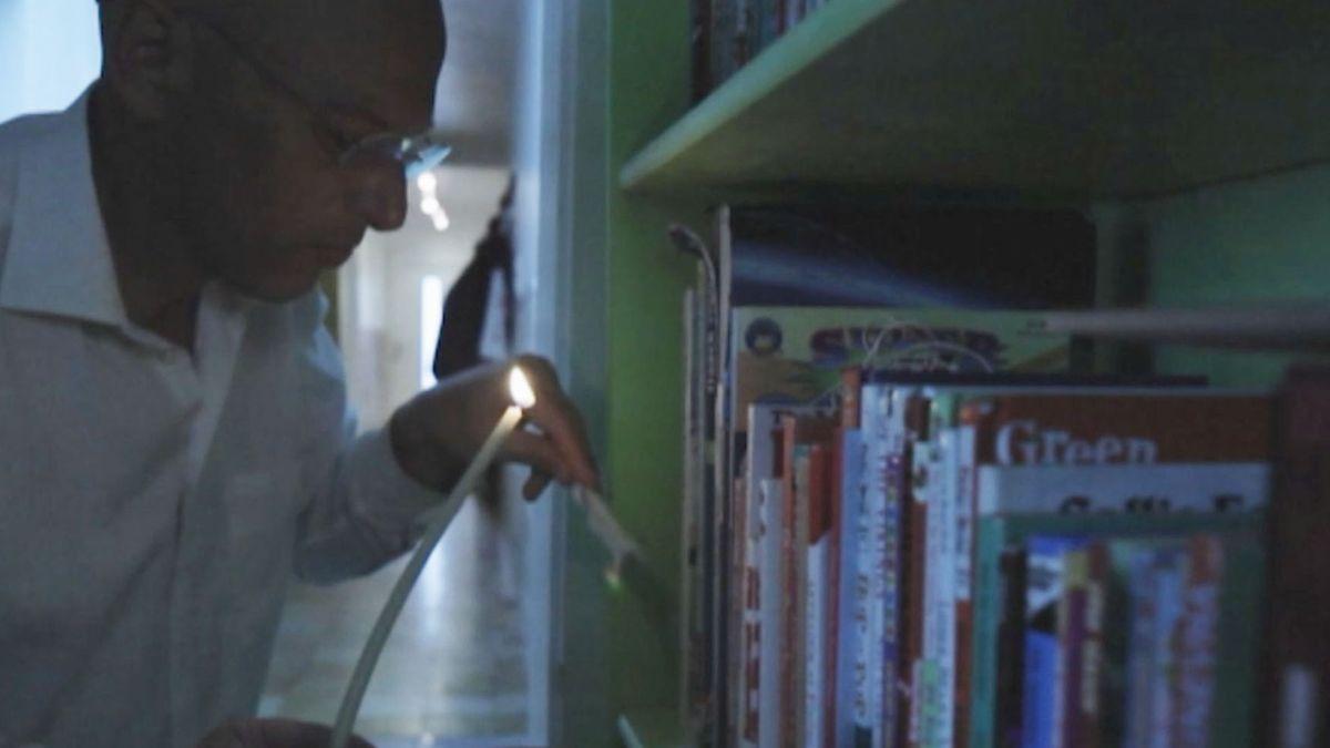 Ein altes Ritual zu Pessach: Mit Kerze und Feder wird die Wohnung nach Gesäuertem durchsucht.