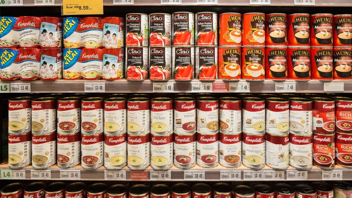 Ein Supermarktregal voller Dosen-Essen