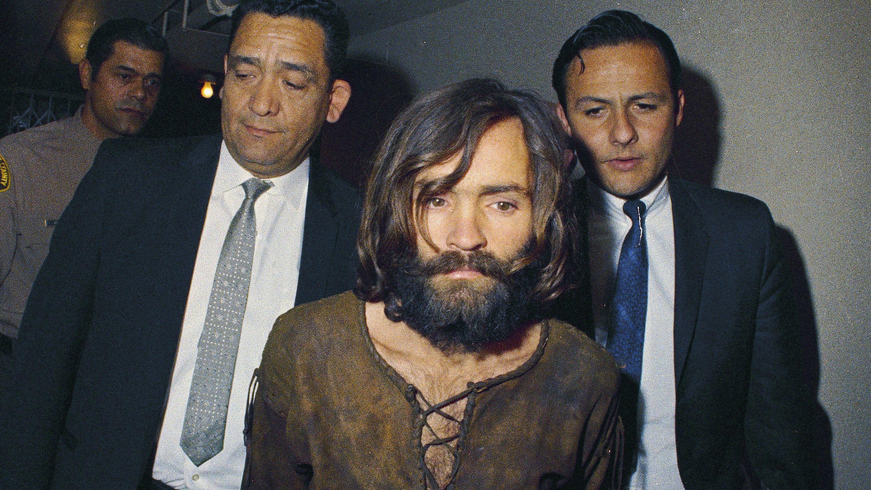 Charles Manson wird 1969 in den Gerichtssaal zum Sharon-Tate-Prozess geleitet