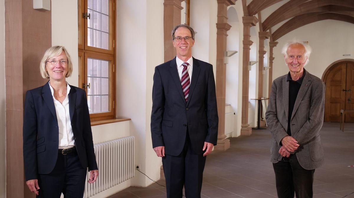Paul Pauli, neuer Präsident der Uni Würzburg, mit Caroline Kisker, Vorsitzende des Senats, und Helmut Schwarz, Vorsitzender des Universitätsrats.