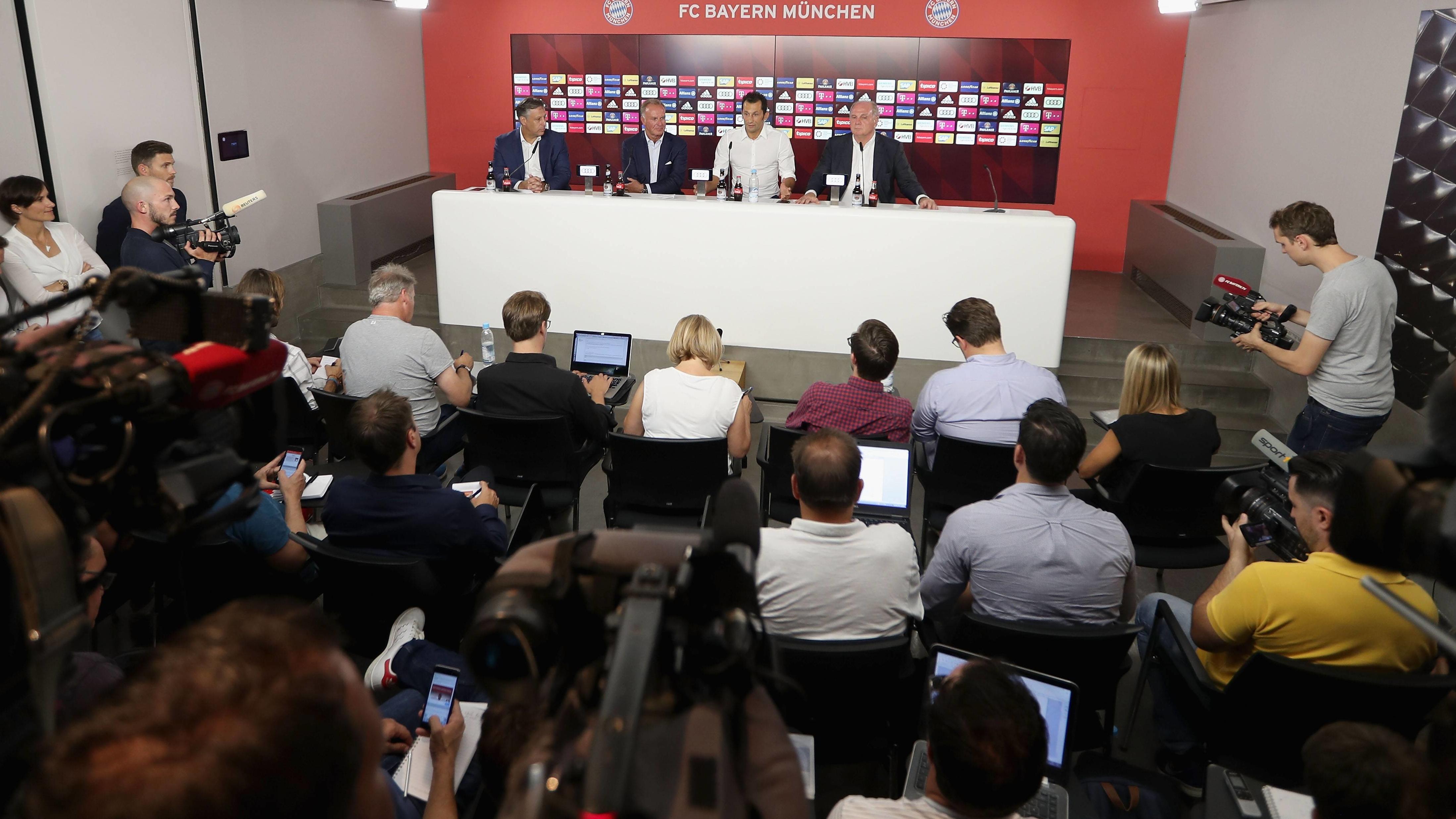 Karl-Heinz Rummenigge, Hasan Salihamidzic und Uli Hoeneß (von links) auf einer Pressekonferenz des FC Bayern München (Archivfoto)