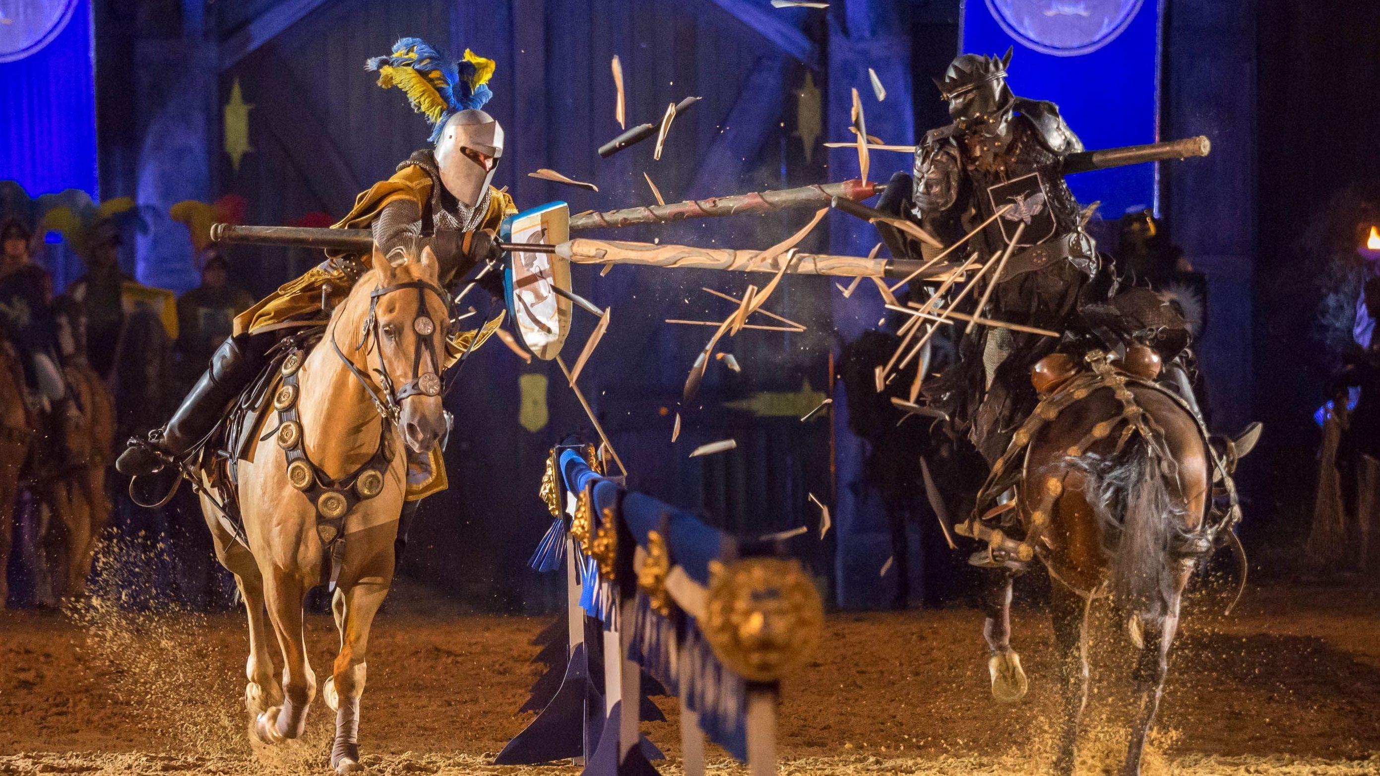 Zwei Ritter bekämpfen sich im Turnier mit Lanzen.