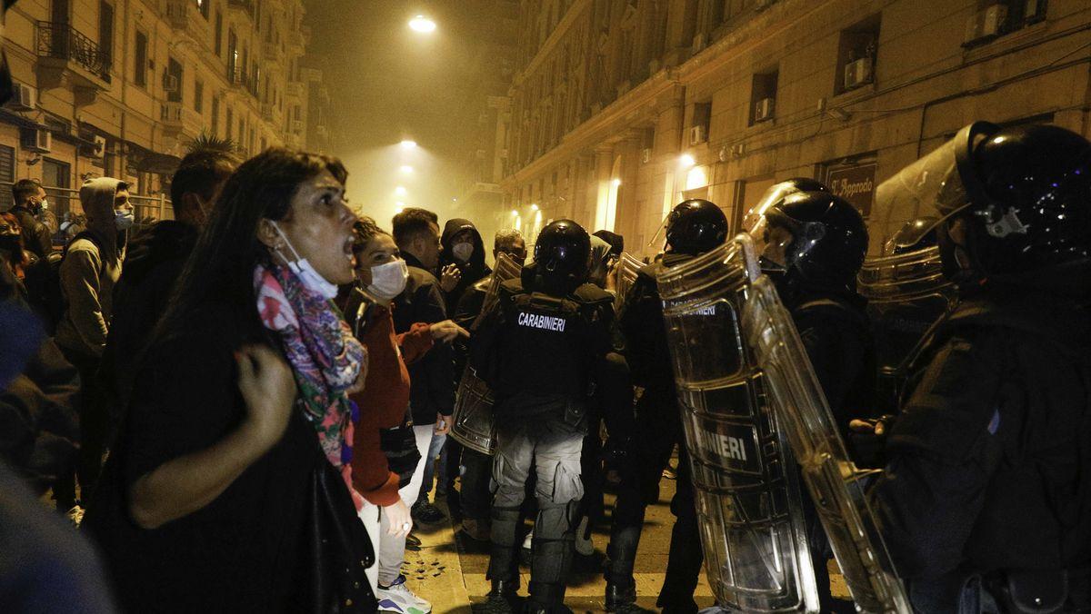 Demonstranten treffen während eines Protests auf Polizeikräfte.