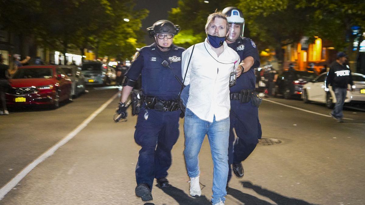USA: Die Proteste und die Medien  Ein Reporter der Huffington Post wird von New Yorker Polizeikräften abgeführt.