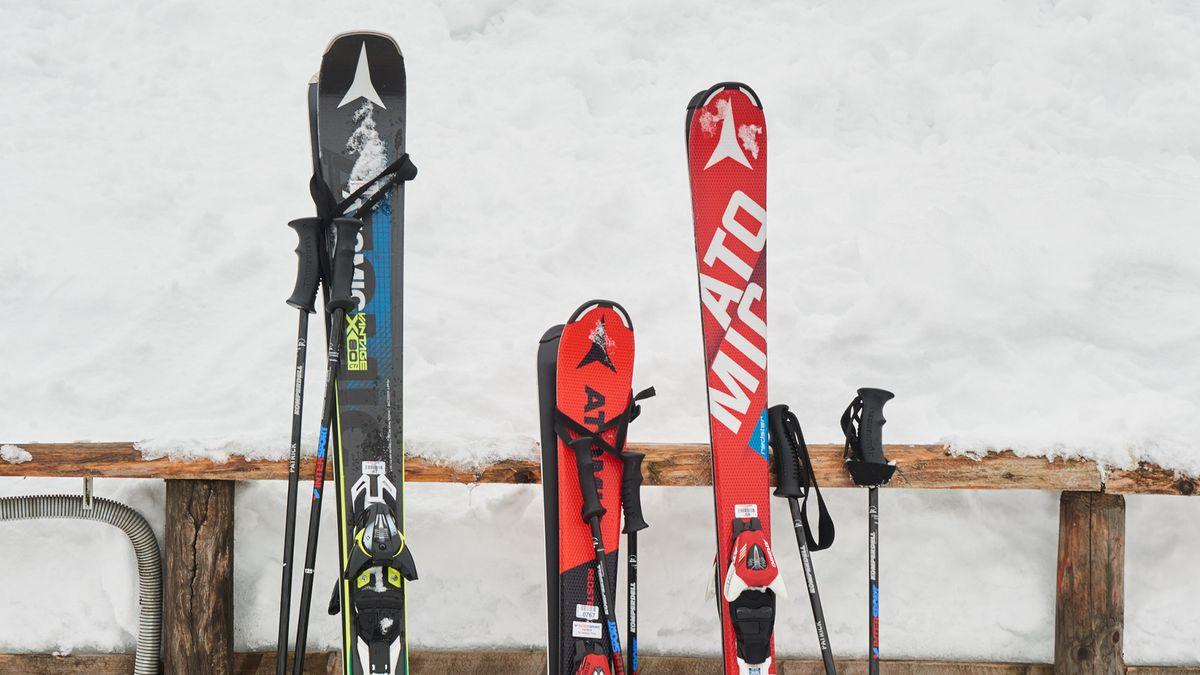 Skiausrüstung im  Schnee