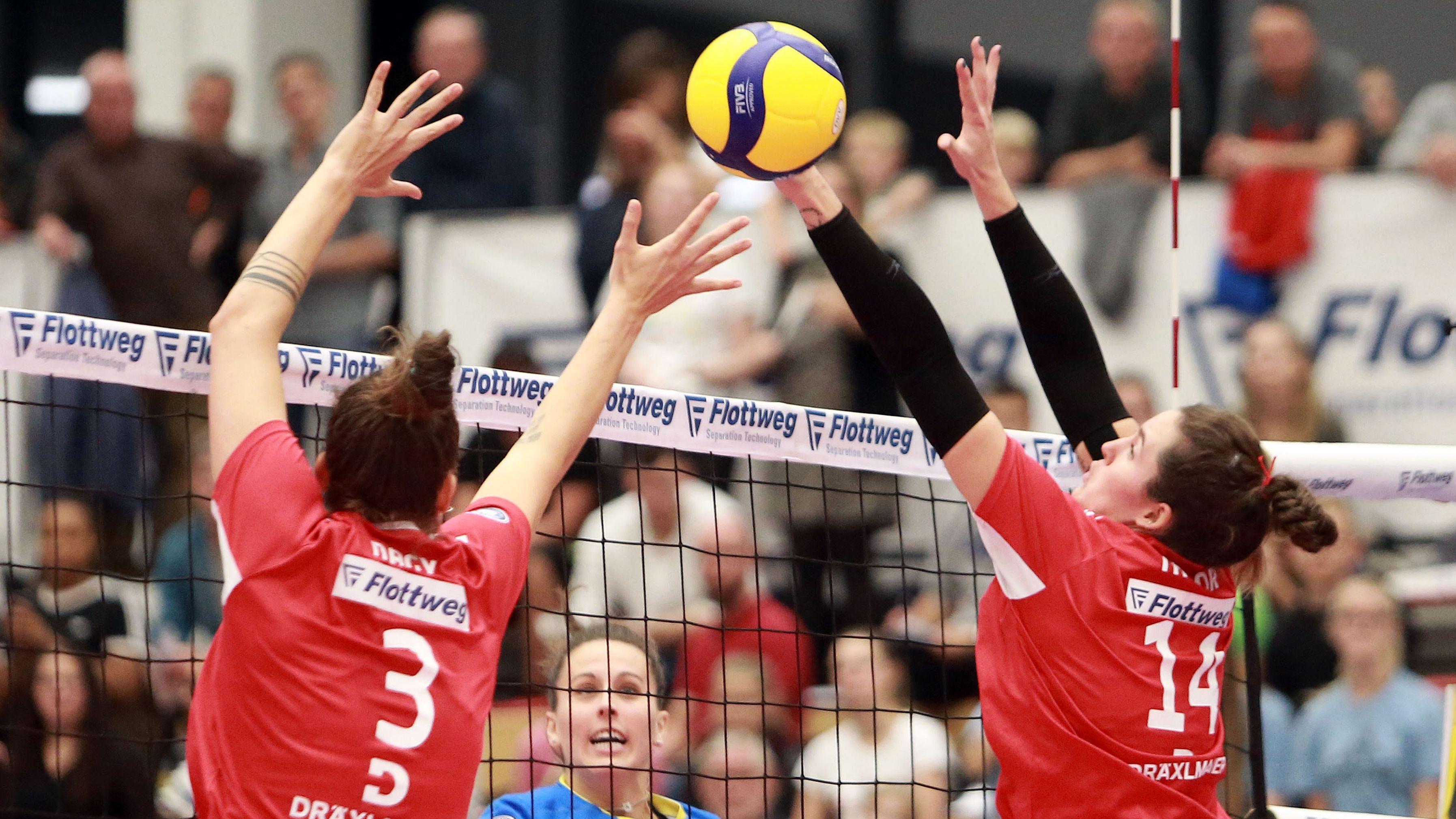 Rote Raben Volleyballerinnen am Netz
