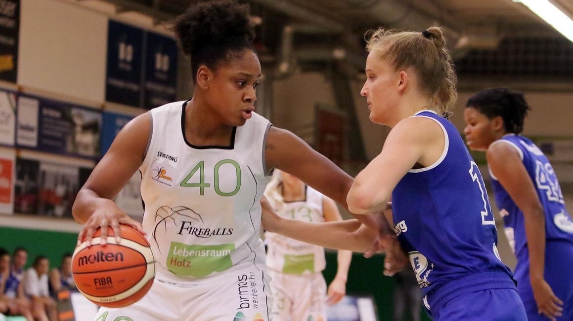 Leonie Fiebich spielt den Ball.