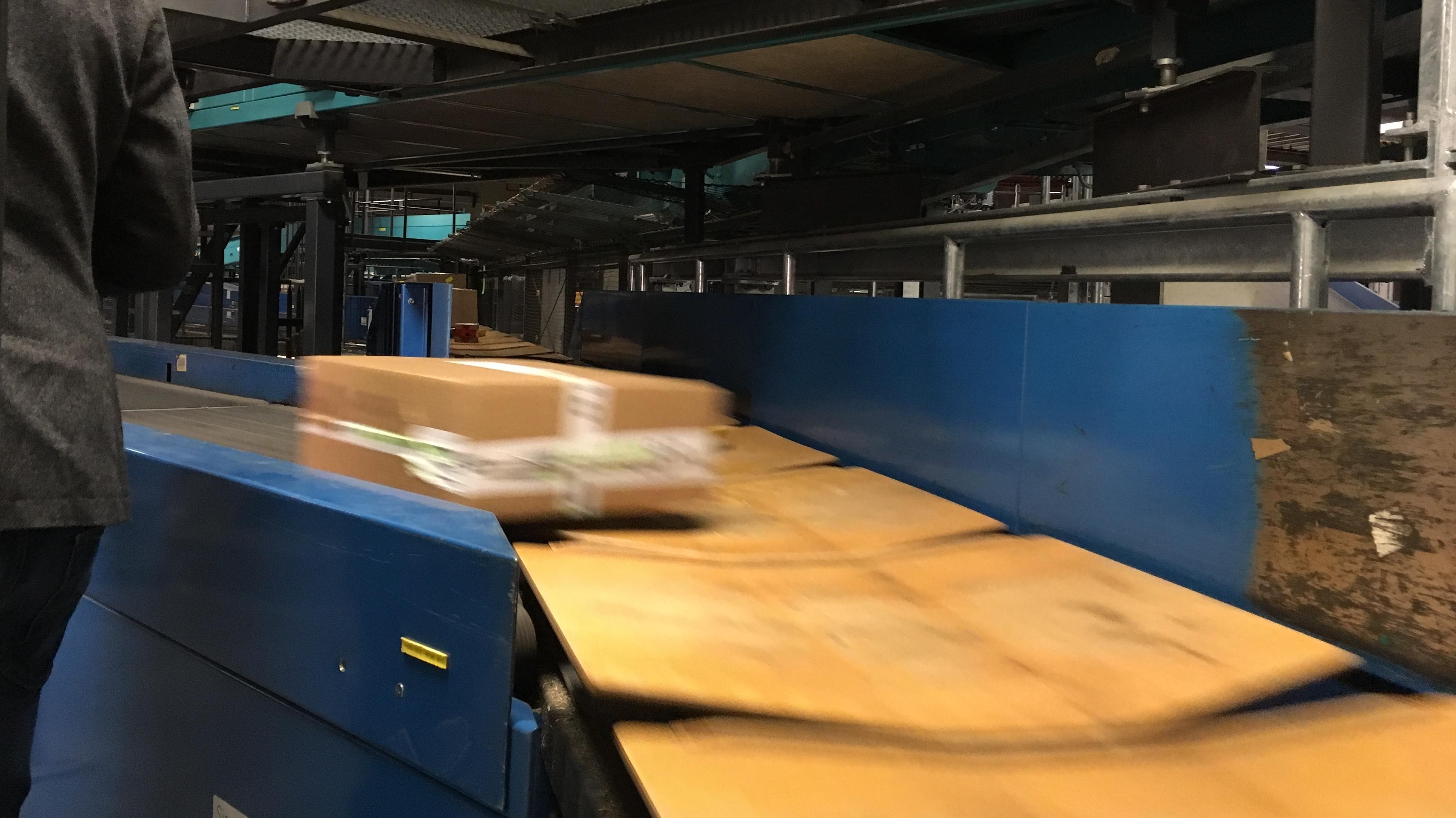 550.000 Pakete am Tag und 30.000 Sendungen pro Stunde flitzen durch das Förderband-Labyrinth der Anlage.
