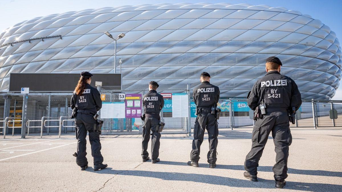11.06.2021, Bayern, München: Polizisten patrouillieren vor der Allianz Arena.