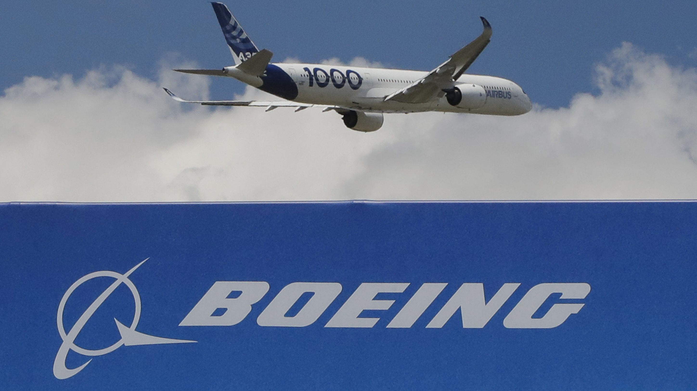 Boeing Logo und Airbus Maschine