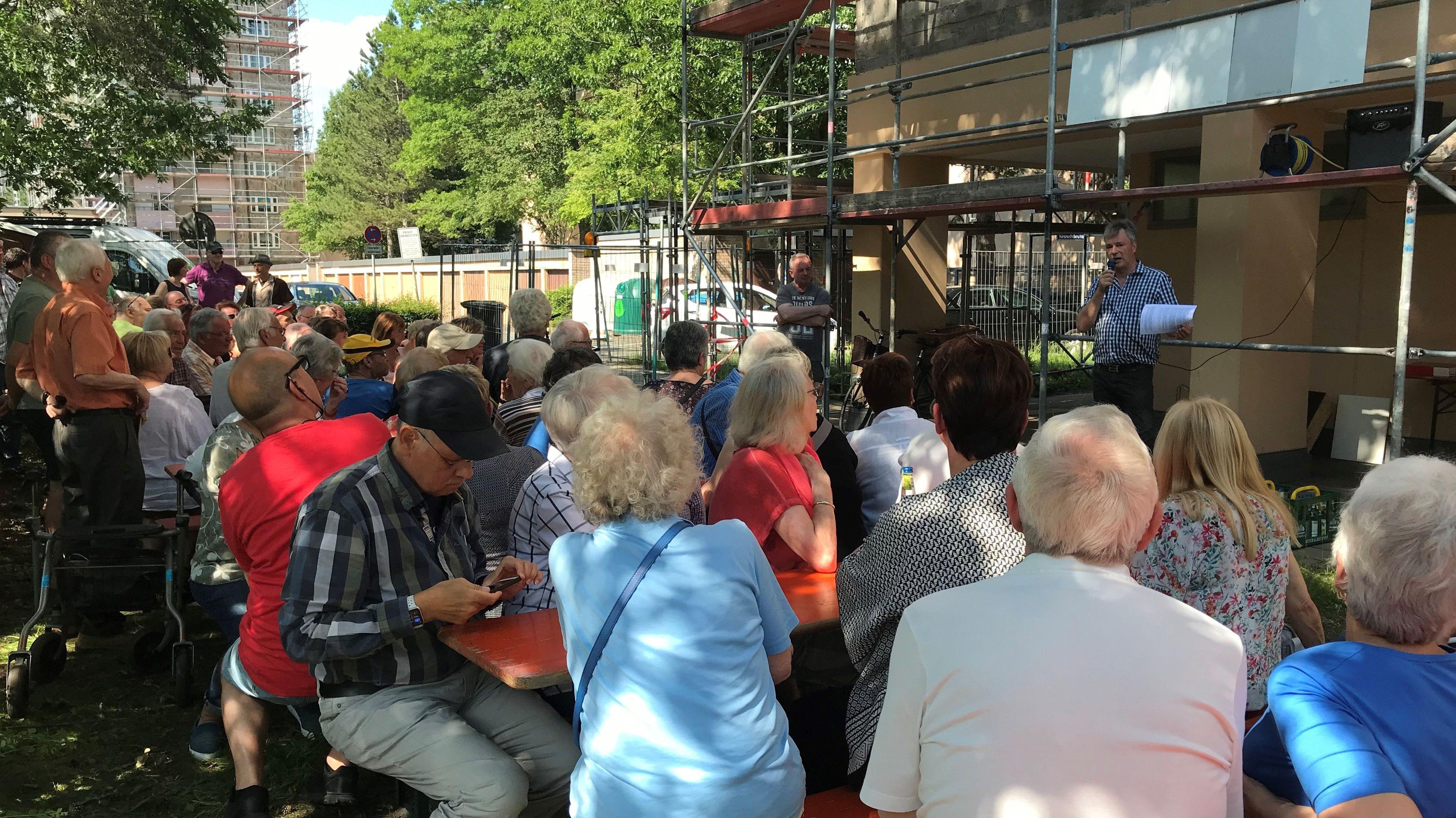 Bauingenieur Ulrich Wagner informiert die Bewohner
