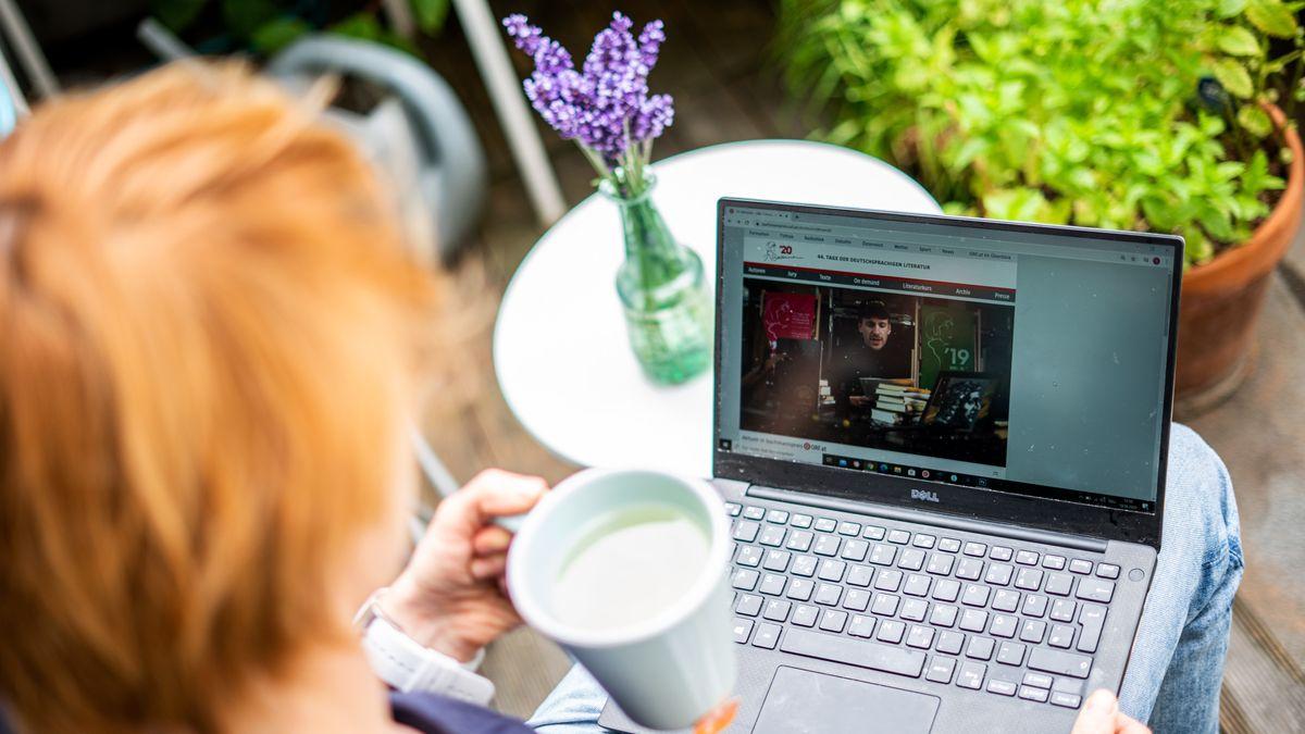 Frau mit Teetasse vorm Computer