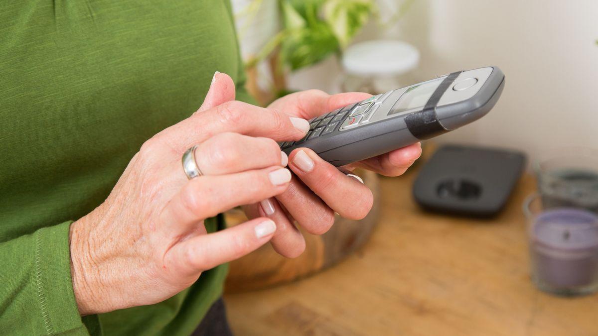 Eine Frau wählt eine Telefonnummer (Symbolbild)