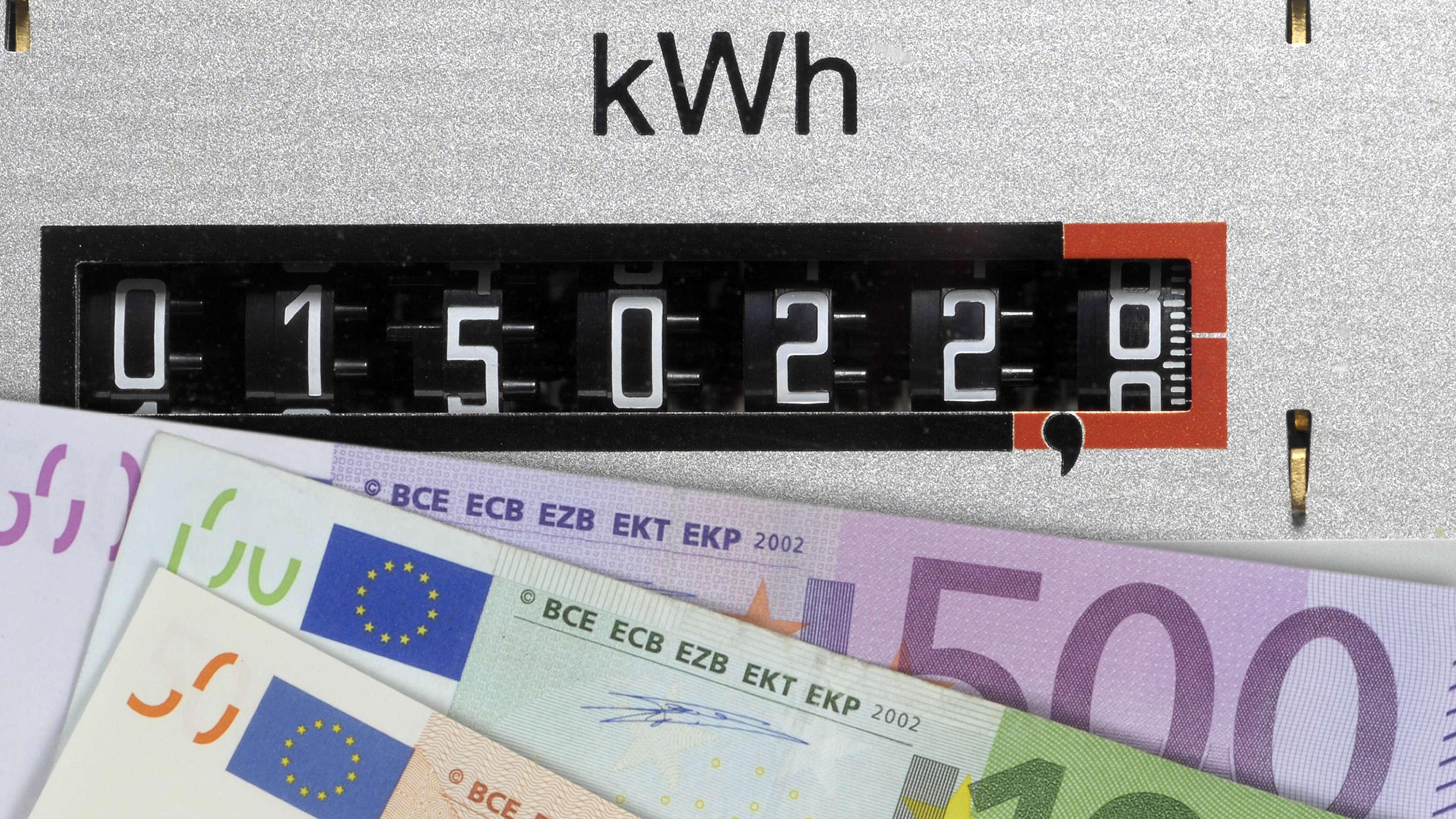 Euro-Scheine vor Stromzähler (Symbolbild)
