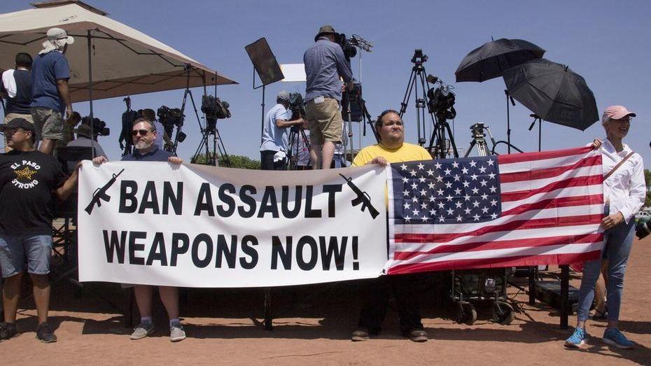 Demonstranten fordern während des Besuchs von US-Präsident Trump das Verbot von Sturmgewehren.