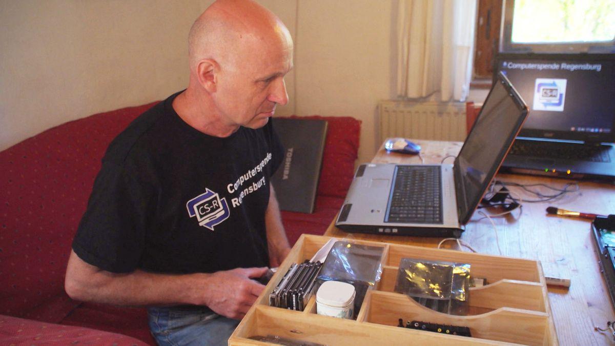 """Johannes Hundshammer vom Verein """"Computerspende Regensburg"""" repariert einen Laptop."""