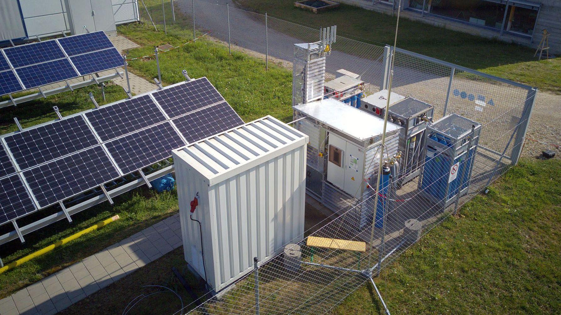 Der Orbit-Bioreaktor auf dem Gelände der OTH: Hier wandeln Mikroorganismen Wasserstoff und Kohlendioxid in Methangas um.