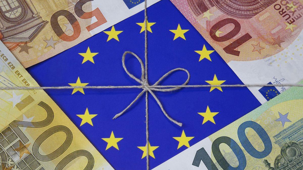 Auf einem Hilfspaket der Europäischen Union liegen Geldscheine.