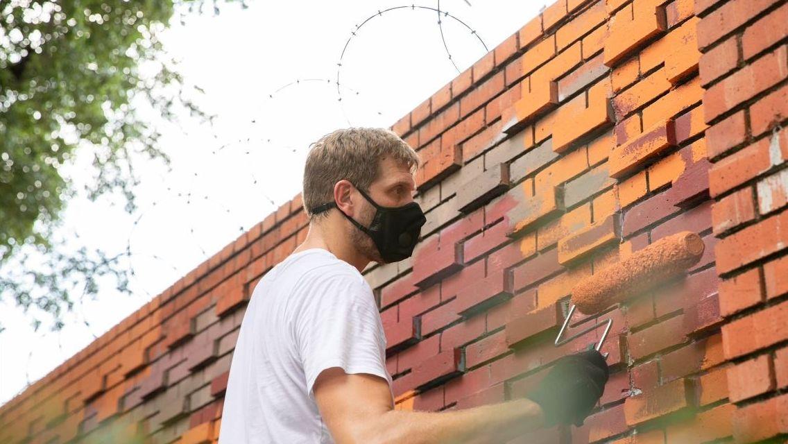 Dirk Nowitzki hilft bei den Aufräumarbeiten der Stadt Dallas