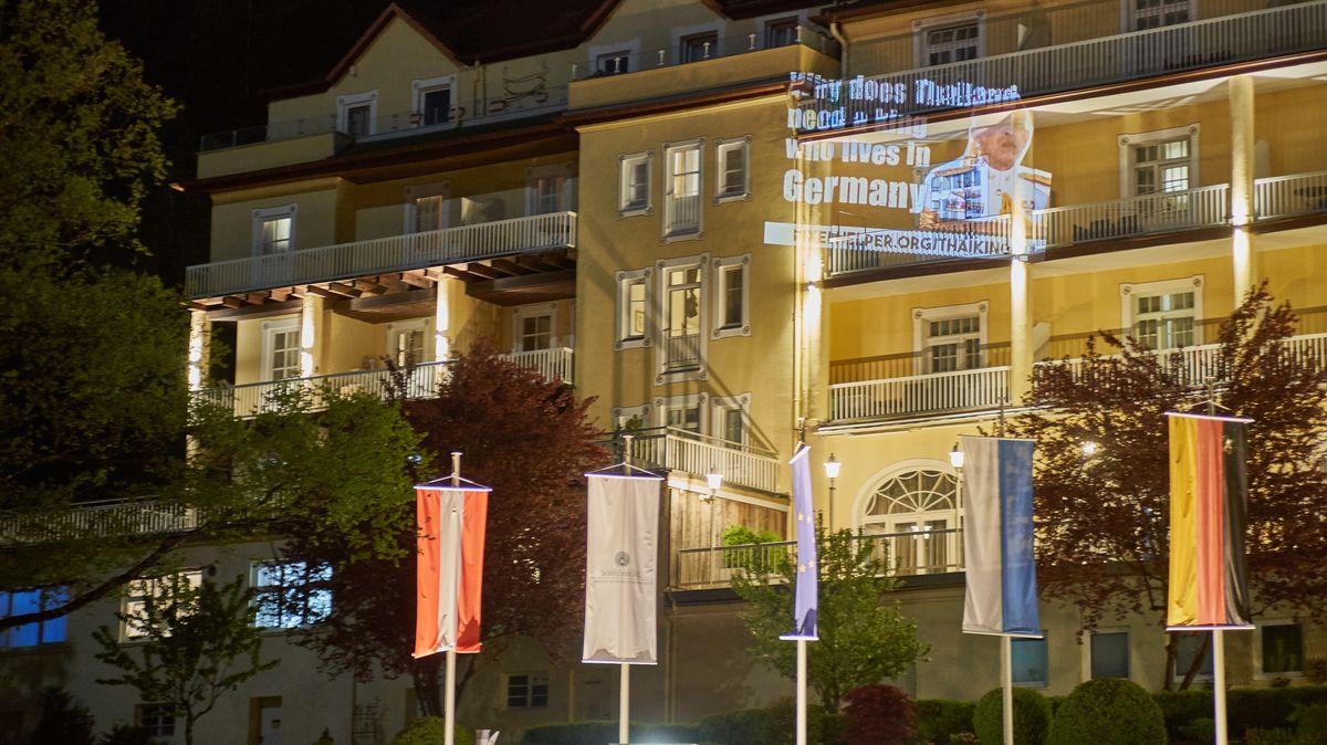 Lichtprojektion an der Fassade des Hotels Sonnenbichl