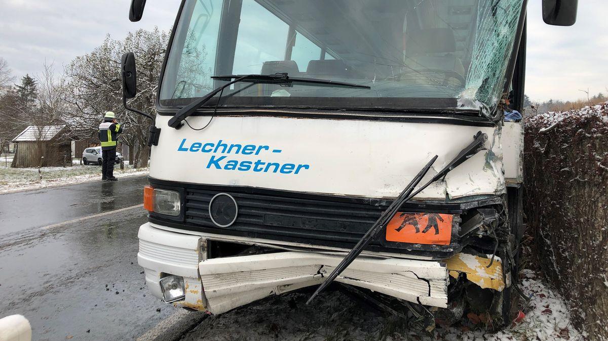 Schulbus nach dem Zusammenstoß