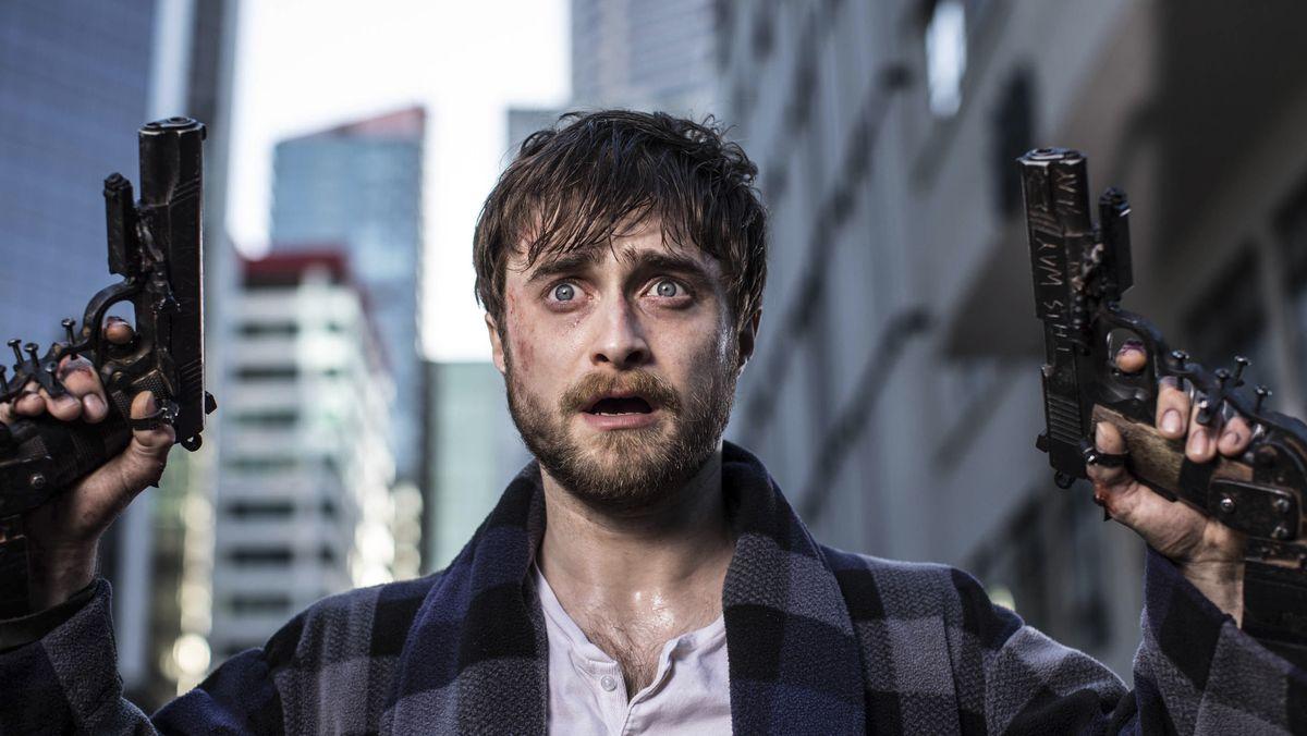 """Wachte auf und hatte zwei Waffen mit seinen Händen fest verschraubt: Daniel Radcliffe in """"Guns Akimbo"""" (Filmszene)"""