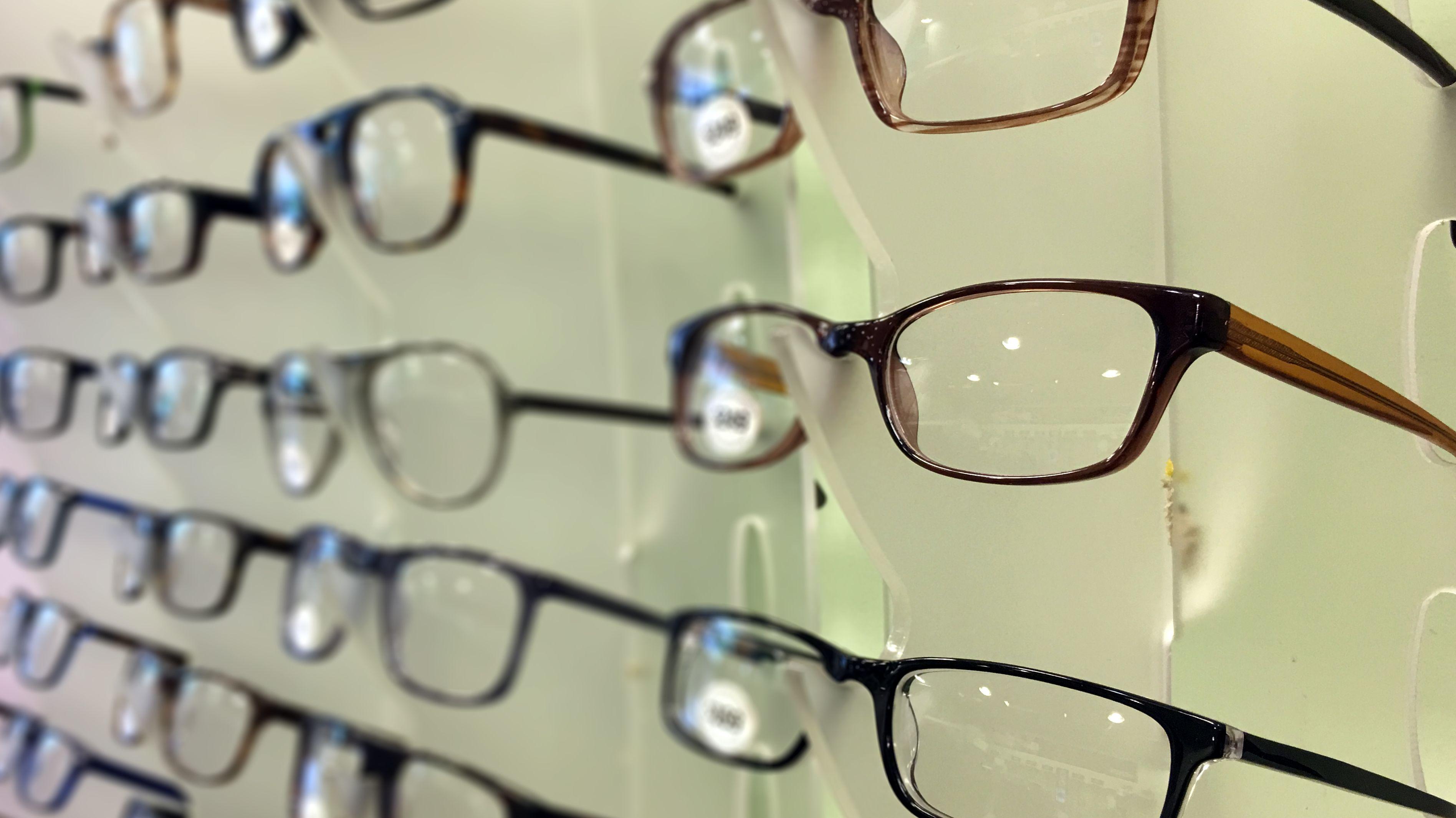 Brillen in einem Geschäft