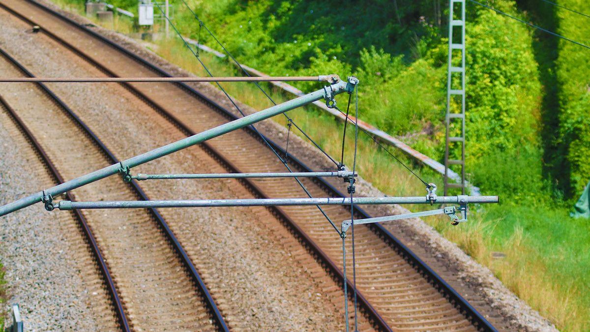 Oberleitungen an einer Bahnstrecke