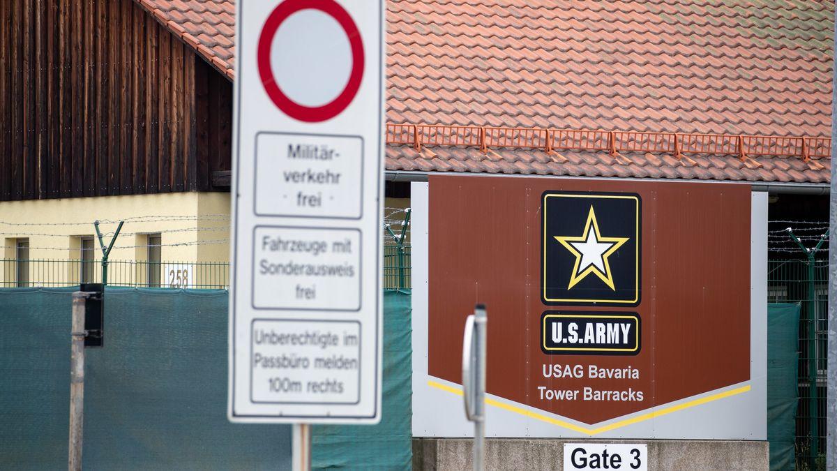 """""""U.S.Army - USAG Bavaria - Tower Barracks"""" steht auf einem Schild an einem Eingang zum Truppenübungsplatz der US-Army in Grafenwöhr."""