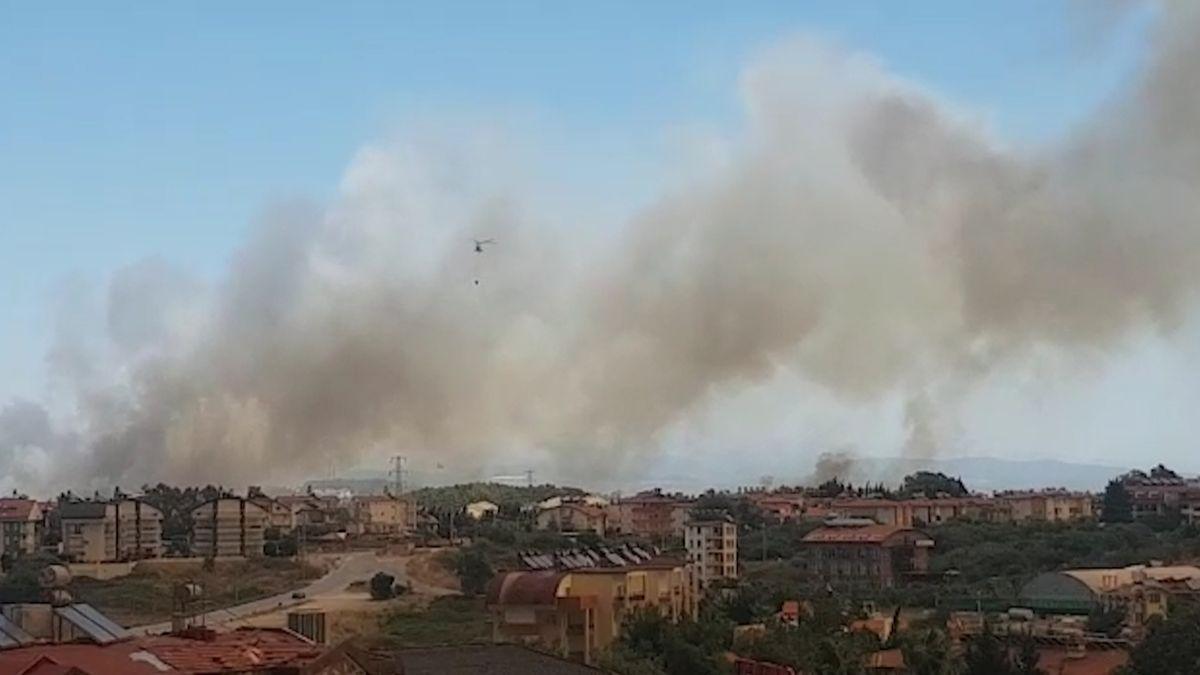 Dunkler Rauch, der von mehreren Waldbränden verursacht wird, steigt in der türkischen Urlaubsregion Antalya in den Himmel auf