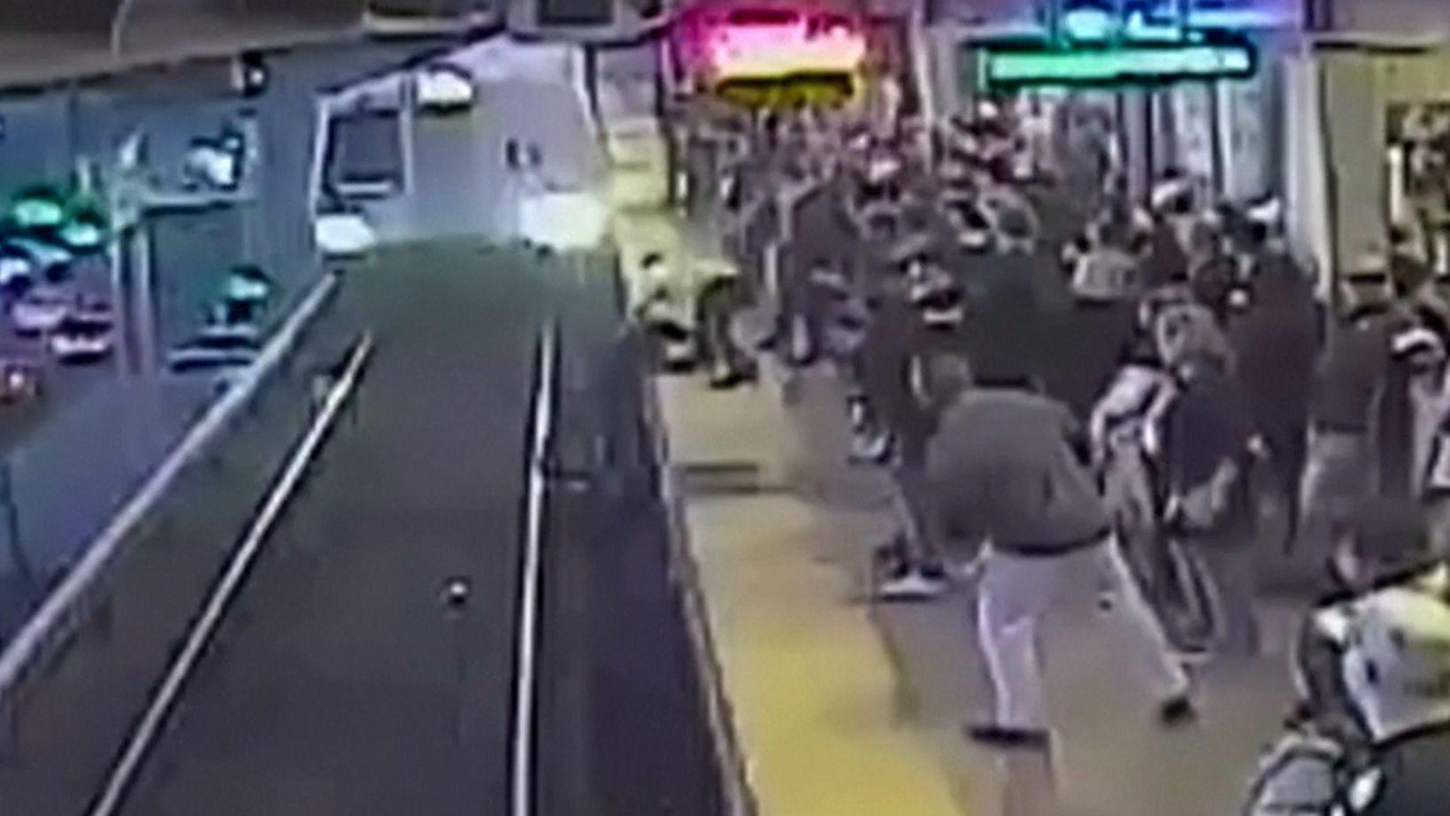 Filmreife Rettung vor einfahrendem Zug