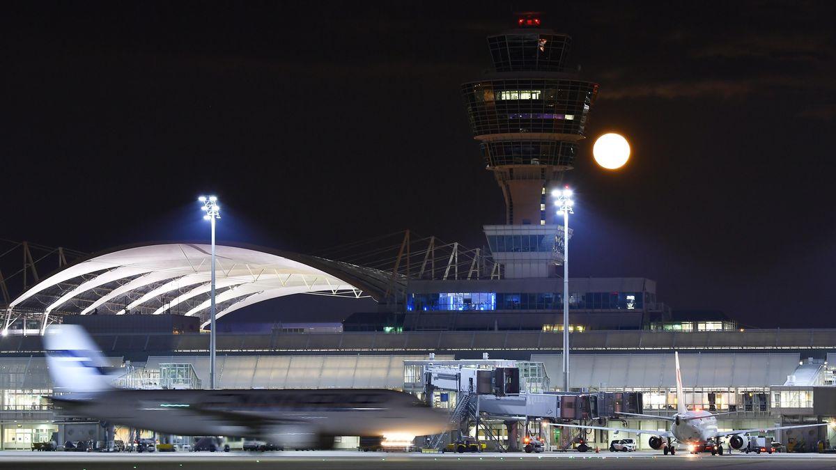 Symbolbild: Flughafen München bei Nacht